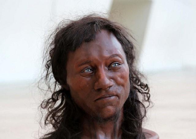 Один из первых жителей Британии имел темную кожу и голубые глаза. Мумии и скелеты. 21.