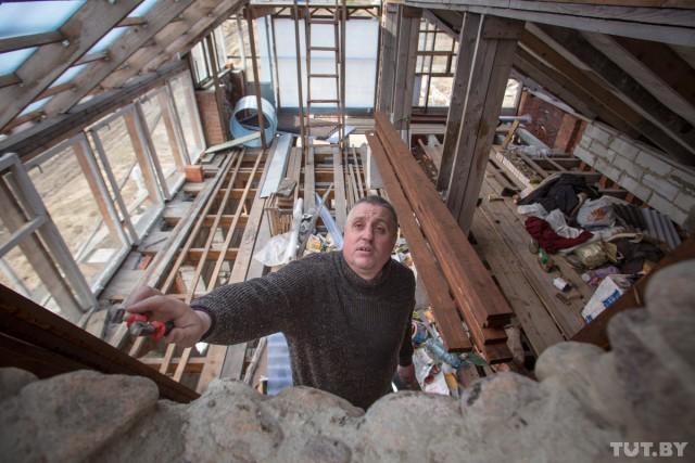 Строитель-энтузиаст возводит дом уже 10 лет