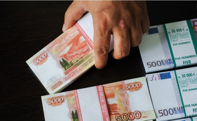 Декан из ВШЭ объяснил, почему россиянам нельзя раздавать деньги просто так