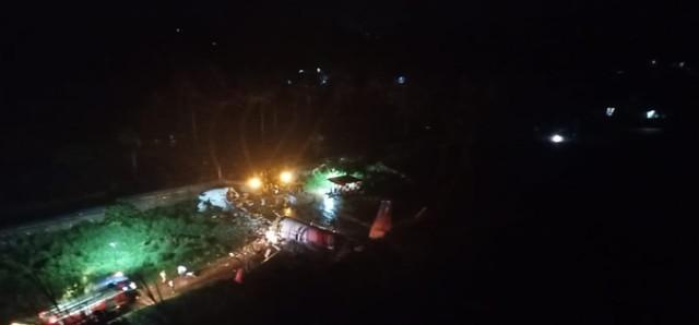 Boeing 737-8HG разломился после посадки в аэропорту города Кожикоде