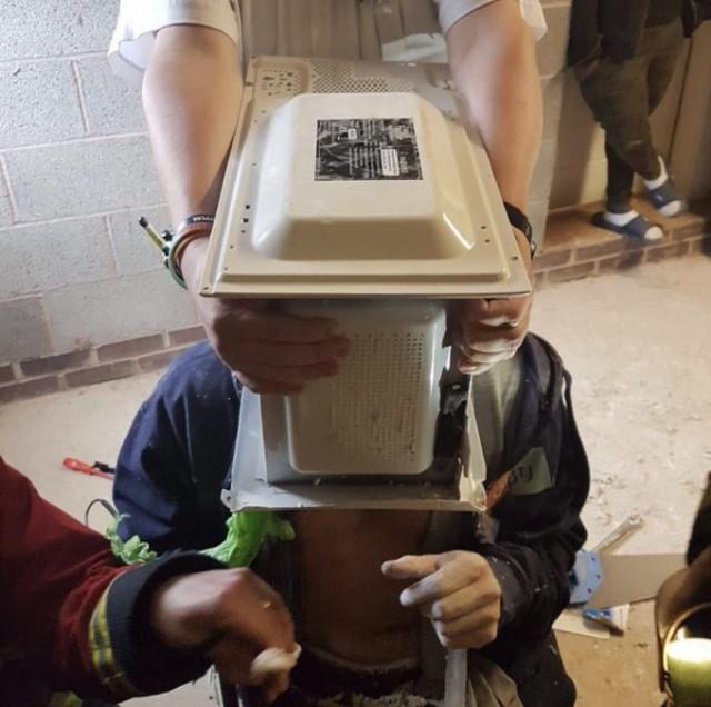 Пять спасателей больше часа снимали микроволновую печь с головы идиота