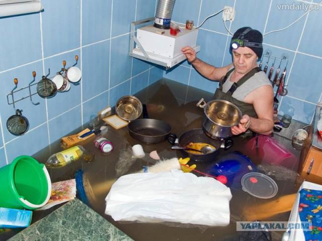залив соседей водой в ванне