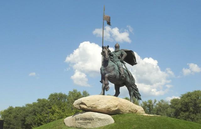 В Киеве установили памятник Илье Муромцу.