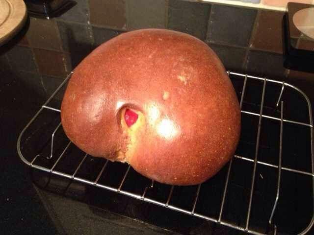 Хотел испечь пирог в виде сердца