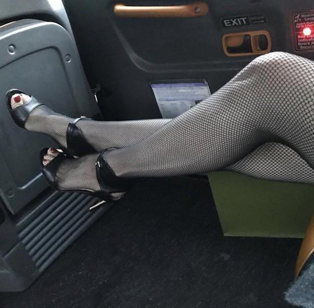 Девушки в коротких юбках в авто