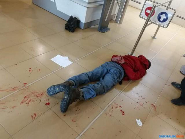 В здании администрации Южно-Сахалинска шизик напал на сотрудника с тесаком