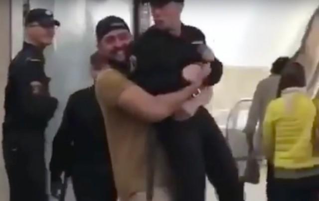 Поднявший на руки росгвардейца в московском метро признан виновным