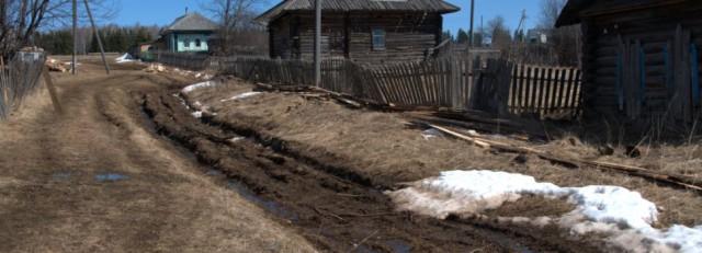 В Пермском крае пенсионер починил дорогу, положив на нее доски. На него составили протокол по жалобе соседа