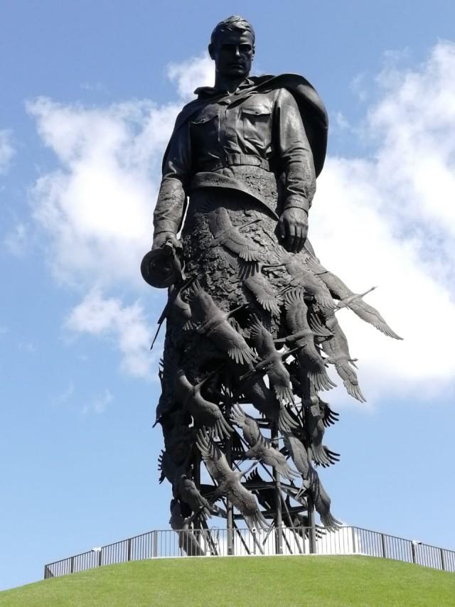 Леса сняты, монумент Советскому солдату подо Ржевом виден издалека.