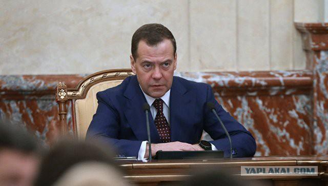 Медведев: новые санкции США пойдут на пользу России