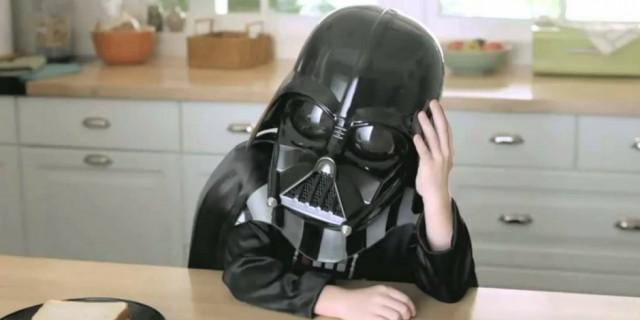 Полиция разыскивает ребёнка в маске Дарта Вейдера. Они с другом нашли чужую банковскую карту и накупили себе сладостей
