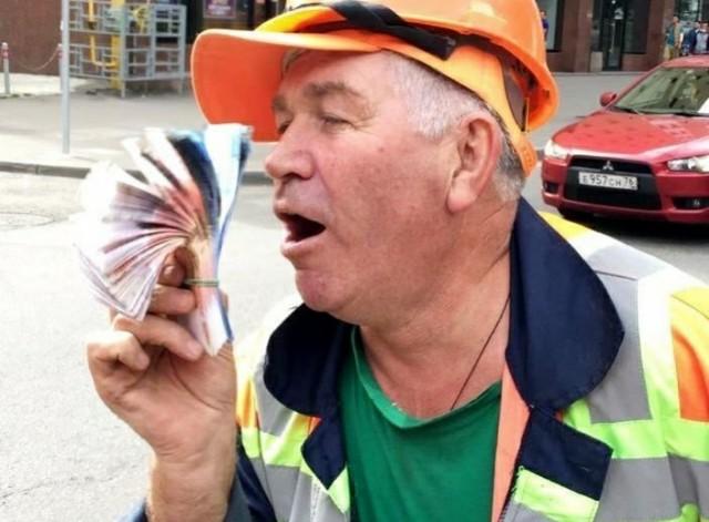 Стало плохо с сердцем: слесарь в Москве ремонтировал колодец и нашел два миллиона