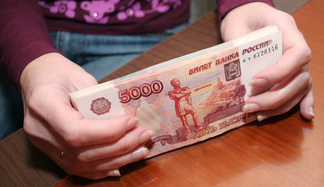 Долги до 100 тысяч рублей будут удерживать из зарплаты