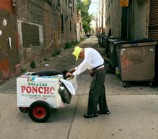 Пользователи сети собрали 300 тысяч долларов для 89-летнего мороженщика из Чикаго