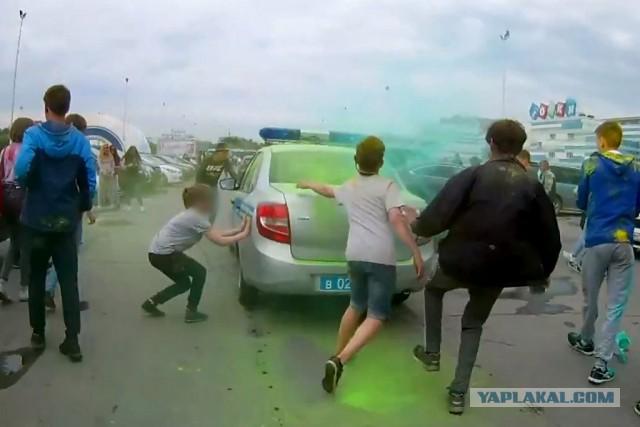На фестивале красок толпа подростков напала на полицию.
