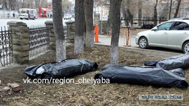 В Челябинске провели субботник на территории городской больницы, а мусор сложили в мешки для трупов