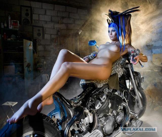 devushki-i-mototsikli-golie