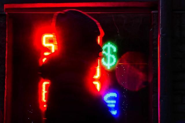 ЦБ предложил запретить уличные табло с курсами валют