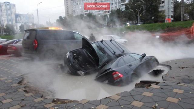 Два автомобиля провалились в яму, возникшую из-за прорыва теплотрассы