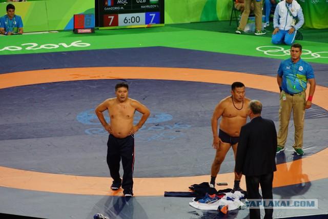 Тренеры монгольского борца разделись на ковре в знак протеста