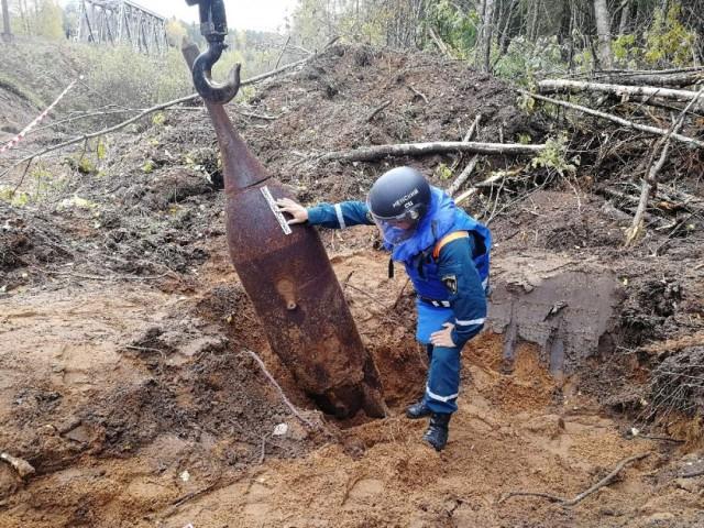 Авиабомбу в тонну весом нашли у железной дороги в Новгородской области