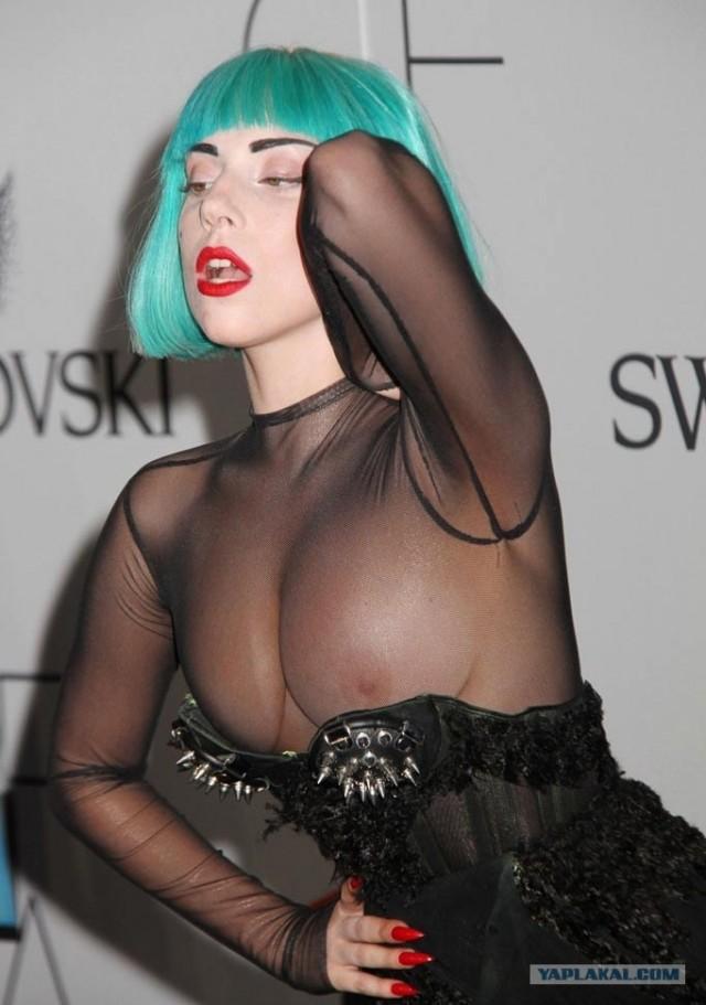 Леди Гага полностью оголила грудь на модном Оскаре