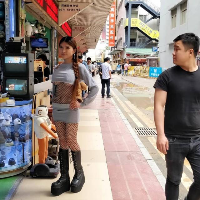 Китайская девушка-инженер успешно работает в области 3D-печати и гуляет по Шэньчжэню с кибернетическим бюстом