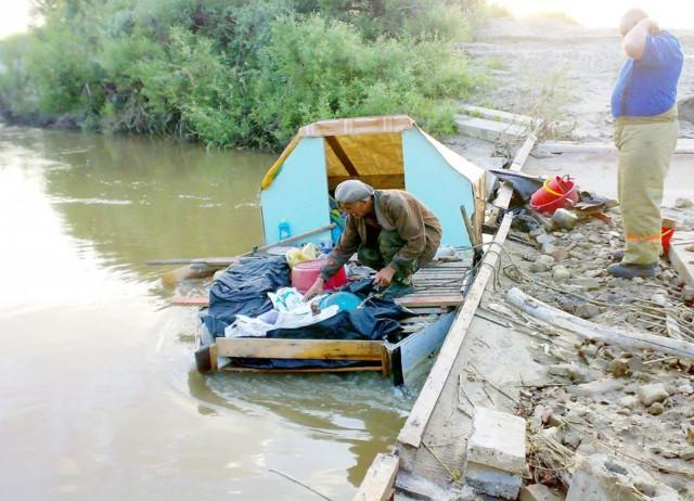 На Алтае пенсионер 10 дней плыл к сыну в Барнаул на самодельном плоту и застрял у моста