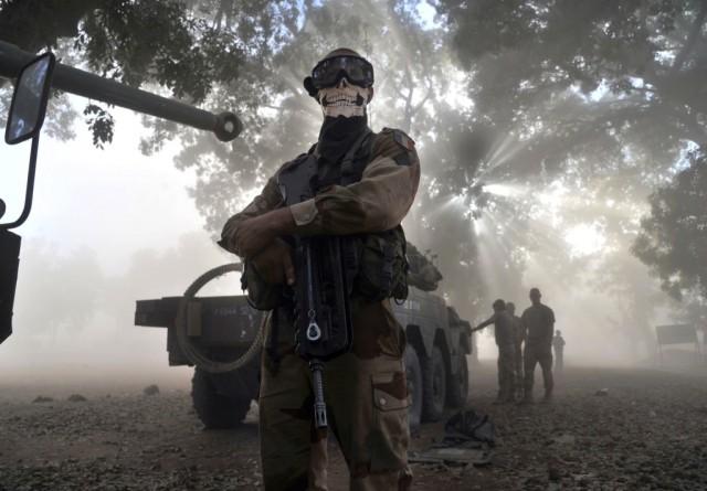 Снимок солдата в Мали вызвал бурные споры