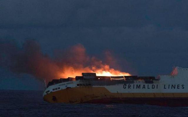 На атлантическом побережье Франции загорелся и пошел ко дну корабль Grande America с 2000 машинами на борту