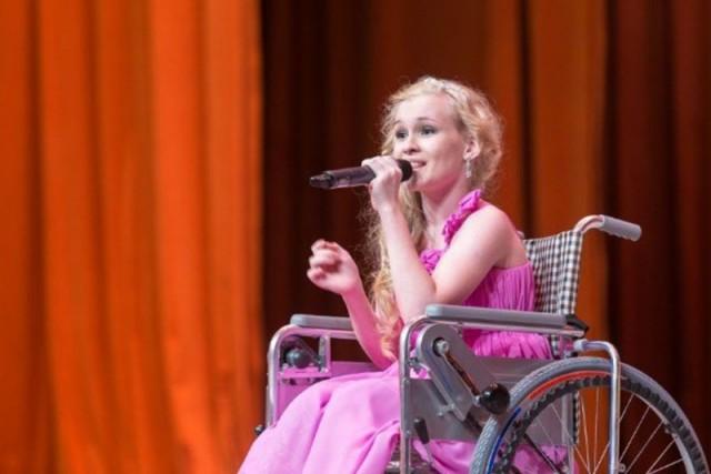 Девочку, 15 лет прикованную к коляске и попросившую тренажер у Путина, немцы научили ходить за три дня