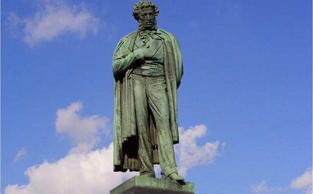Немка потребовала выяснить, насиловали ли её у памятника Пушкину, из-за опьянения она не смогла припомнить ночные события