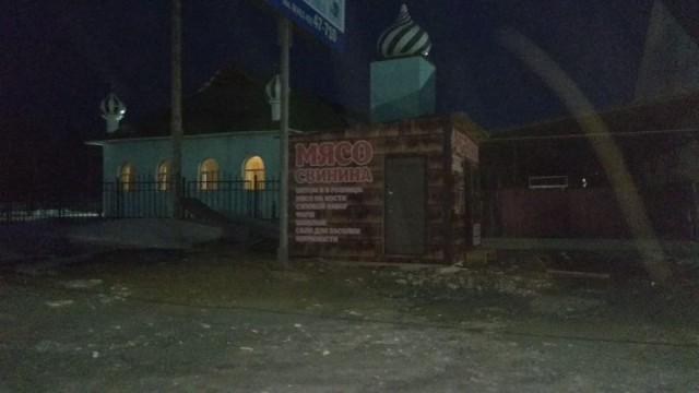 Троллинг по-якутски. Напротив мечети в Нижнем Бестяхе установлен ларек по продаже свинины