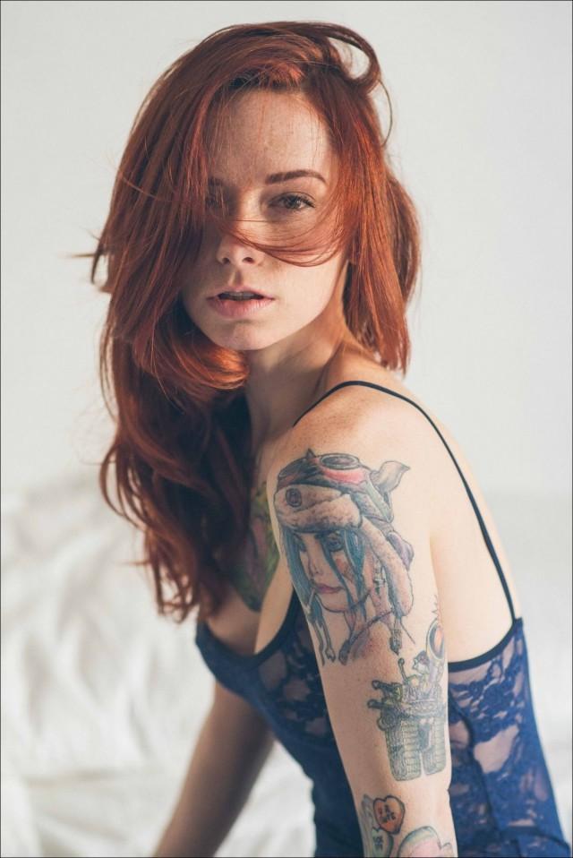 Рыжая в татуировках