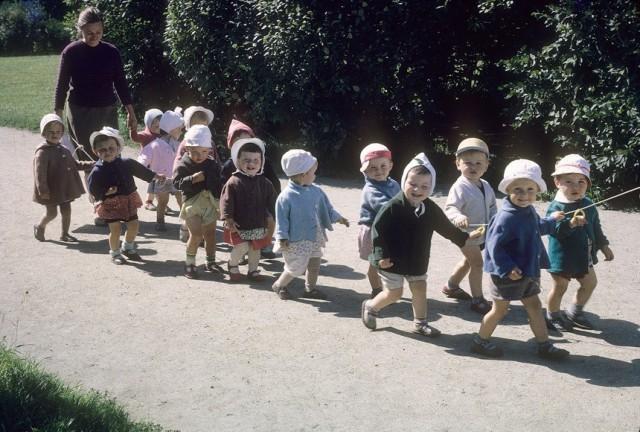 Советский детсад на прогулке