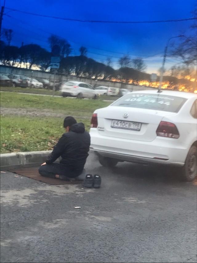 В Петербурге таксист перепугал водителей, когда начал молиться прямо на проезжей части