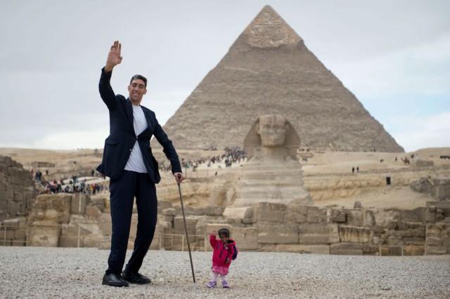 Самый высокий в мире мужчина и самая маленькая в мире женщина встретились у египетских пирамид