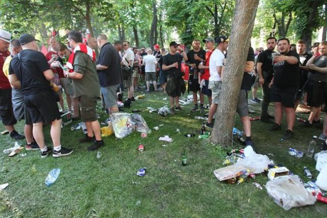Британские болельщики оставили после себя в киевском парке Шевченко горы мусора