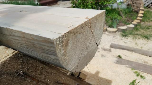 Межэтажная лесенка из полубревен