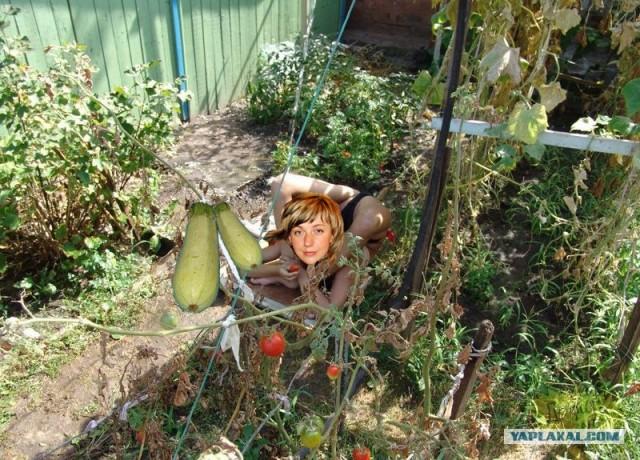 Реальные голые в огороде  Частное фото