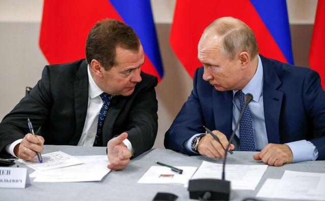Путин поручил Медведеву проверить рост налогов в «реальной жизни»