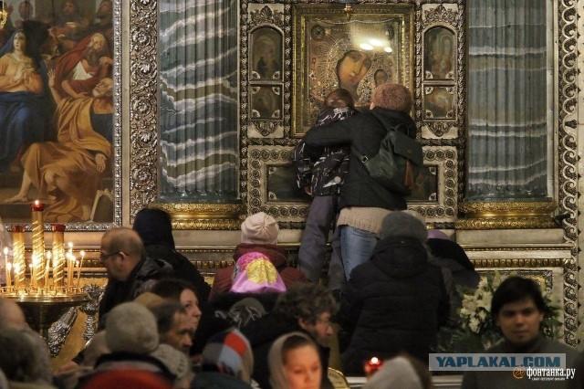 В разгар пандемии коронавируса: в Санкт-Петербурге устроили массовое целование мощей