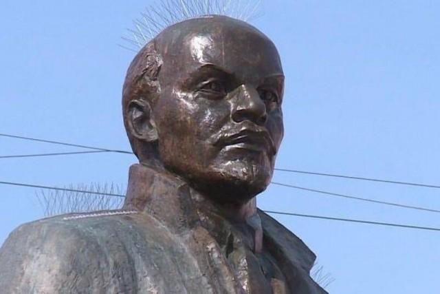 В Магадане на памятник Ленину установили шипы для отпугивания птиц