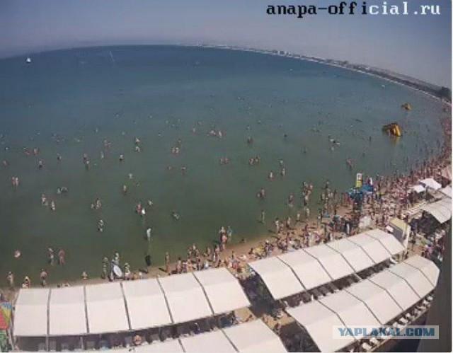 «Очередь на пляж занимаем с пяти утра»: берега Анапы забиты под завязку туристами