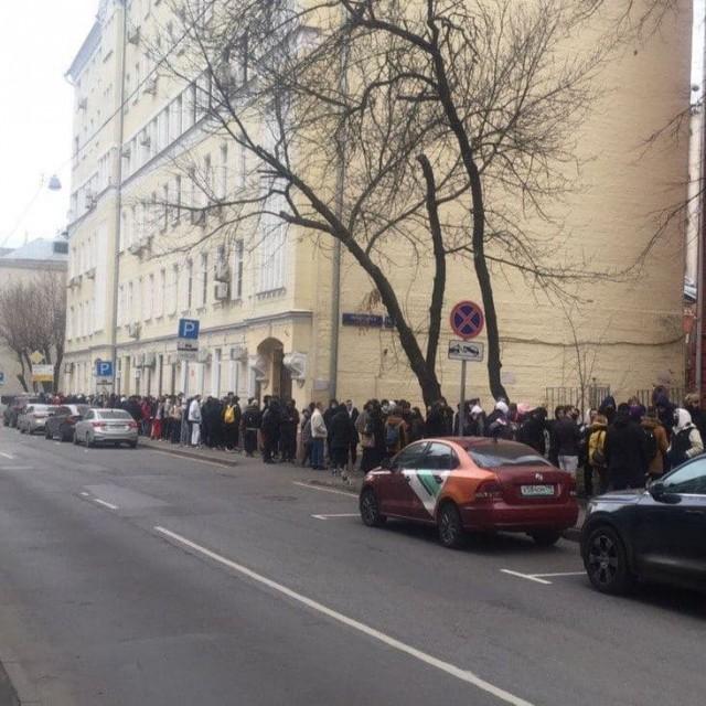 Это очередь на бесплатную татуировку в тату-салон на Трехпрудном переулке в Москве
