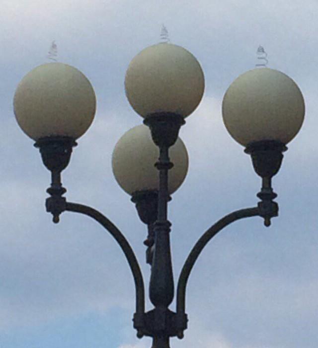 Загадка века - пружинки на уличных фонарях