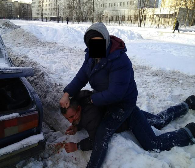 Сотрудник МЧС Петербурга поймал на месте преступления воров аккумуляторов