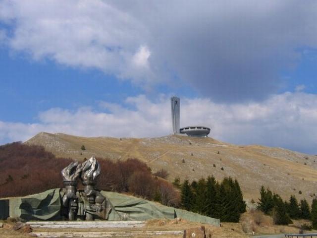 Памятник НЛО или строителям коммунизма?