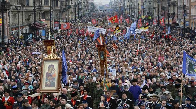 Крестный ход под портретом Николая II в Петербурге