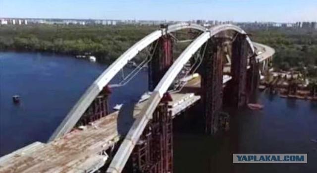 Зрада. Компания Порошенко строит мост в Киеве из российских металлоконструкций